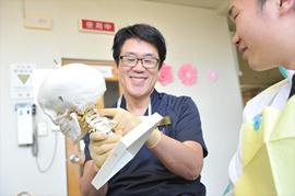 頭蓋骨と首の骨の関連を調べ、咬み合わせ調整の第一段階を体験のイメージ